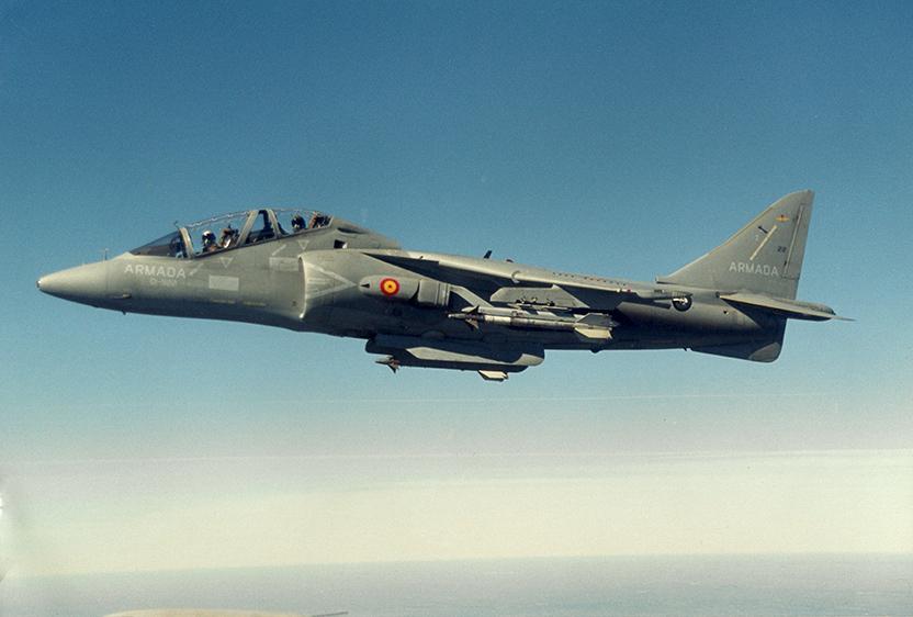 El TAV-8B durante un vuelo de adiestramiento; en los pilones lleva dos misiles aire-aire de guiado por infrarrojosAIM-9L Sidewinder.