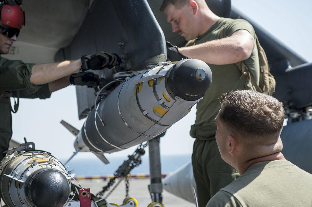 La bomba GBU-54 es básicamente igual que la GBU-38, excepto el sensor láser en el morro y unas aletas de mayor envergadura. (US Navy)