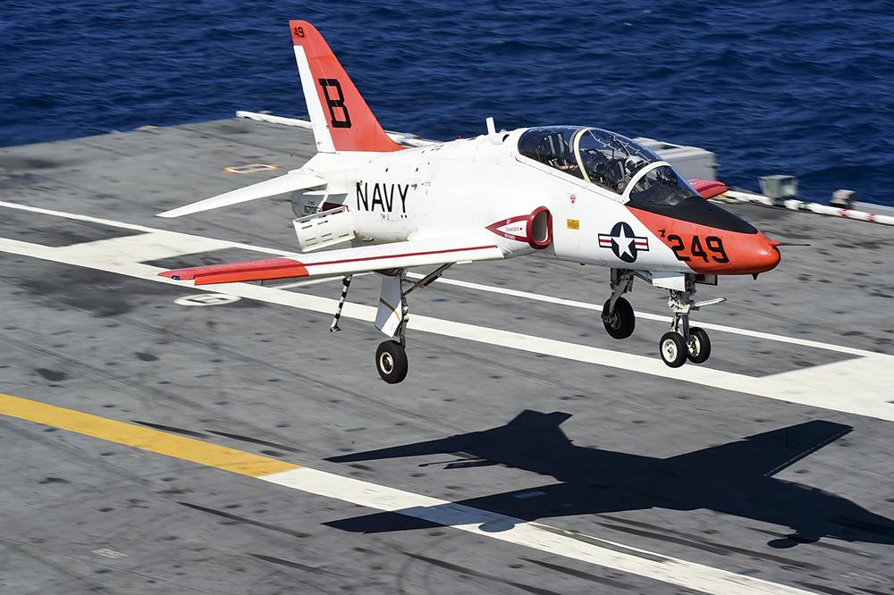 En NAS Meridian se vuela el T-45C Goshawk con el que se registran 170 horas divididas en dos bloques: el primero de familiarización, instrumentos y formaciones básicas, y el segundo, la fase táctica, en la que se realizan los vuelos de formaciones tácticas, lanzamiento de bombas, vuelos de rutas a baja cota, combate aéreo y la calificación en portaaviones. (US Navy)