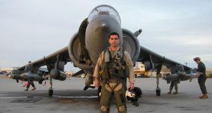 """CF Manuel Rodríguez en abril de 2006 durante su intercambio con los Marines, junto a un """"Radar"""" del escuadrón VVMA-213 """"Tomcats"""", que lleva cuatro GBU-12 y el Litening. La base es MCAS Yuma, Arizona. (M. Rodríguez)"""