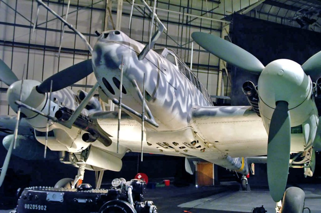 Messerschmitt Me 110 G-2. Realizó una gran carrera como caza nocturno. Su formidable armamento proel, que pudo compatibilizar se con la electrónica de nueva instalación (son bien visibles las antenas del radar de a bordo) pronto se reforzaría con más armamento tras el piloto, en la configuración Schräge Musik.