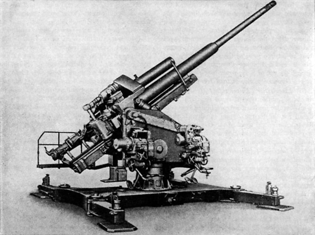 La mayor pieza del arsenal antiaéreo alemán en entrar en producción y en servicio en grandes series: el Flak 40 de 128 mm de calibre. Esta pieza, en montaje simple como el que aquí vemos, o doble, llamado 'Zwilling Flak', era la estrella del arsenal y defendía los puntos neurálgicos del Reich. Dotaba además a las Flaktürme, inmensas estructuras de hormigón en cuya azotea se montaban, normalmente cuatro por torre.