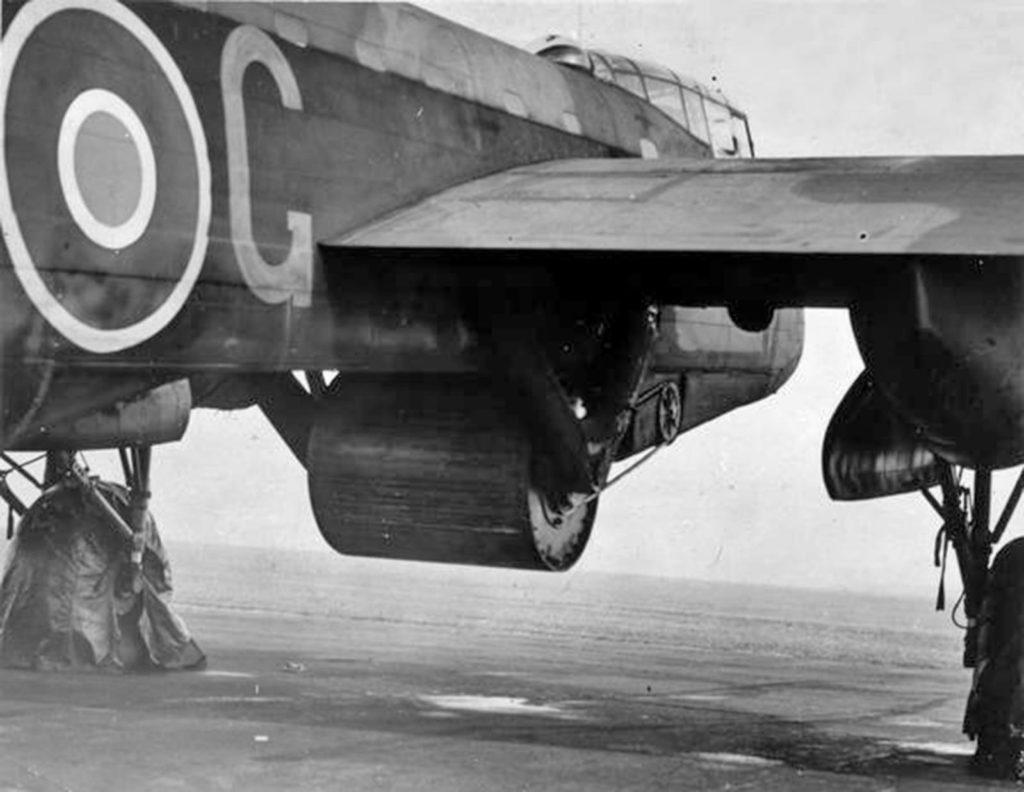 Se decía -y era cierto- que el Lancaster podía cargar cualquier cosa. Fue, y sigue siendo, el único avión capaz de lanzar la mayor bomba de la historia: la 'Grand Slam' de 22.000 libras. Aquí lo vemos cargando la 'revientapresas', que era arrojada por el Lancaster en vuelo rasante a 18 metros de altura y a toda velocidad. La bomba rebotaba en el agua -se la animaba con un movimiento de rotación para aumentar el efecto-. Chocaba contra la presa y se hundía, para explotar a una profundidad predeterminada, cerca de su base. Tres presas, entre ellas las de Möhne y Eder, fueron testigos de su eficacia.