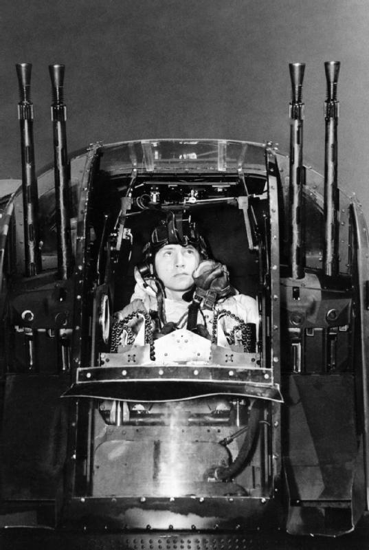 La torreta caudal cuádruple del Lancaster. Una instalación defensiva extremadamente peligrosa para un caza nocturno germano en aproximación. Fue una de las razones para desarrollar en los cazas la instalación 'Schräge Musik'. Así podía el caza interceptor acercarse manteniendo una posición más baja, fuera de la vista del artillero y por debajo del máximo ángulo de depresión para sus armas. Después ametrallaría a placer al bombardero, manteniéndose a rumbo con su malhadada presa