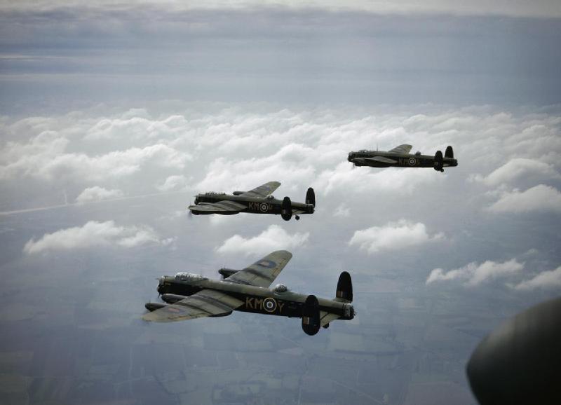 """"""" Formación 'vee' en cuña de tres bombarderos Avro Lancaster, la joya del Bomber Command, pertenecientes al 44 escuadrón; el primero en recibirlos. A pesar de sus excepcionales cualidades de vuelo y de su resistencia estructural -se decía que, si quedaba un cuarto de avión, ese cuarto volvería a casa- pagaron un elevado tributo a la defensa del Reich. Fueron derribados por centenares."""
