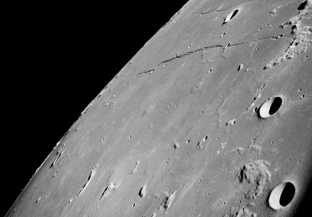 Esta fotografía oblicua mira hacia el noroeste, hacia el Mar de la Tranquilidad, el lugar donde el Apolo 11 aterrizaría siete meses después. (NASA)