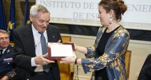 Estefanía Matesanz, decana del COIAE, hace entrega del reconomiciento al ingeniero Amable Liñán.