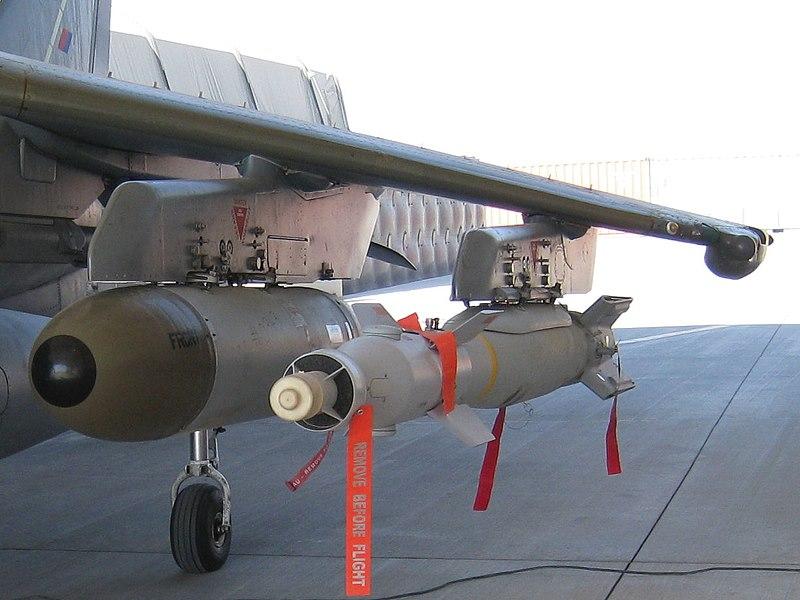 Bomba guiada Aire-superficie Paveway IV montada en el pilón externo de un Harrier.