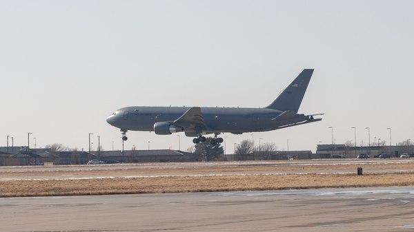 Un KC-46 aterriza en la Base Aérea de McConnell, en Kansas