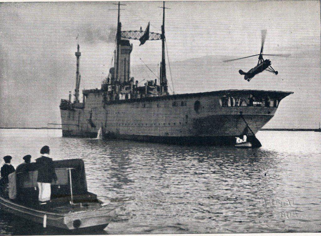 """Autogiro """"la Cierva"""" sobre la cubierta del Dédalo. Fuente: Archivo Armada Española."""