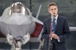 El Secretario de Defensa del Reino Unido en la base aéra de la RAF de Marham. (British Ministry of Defence)