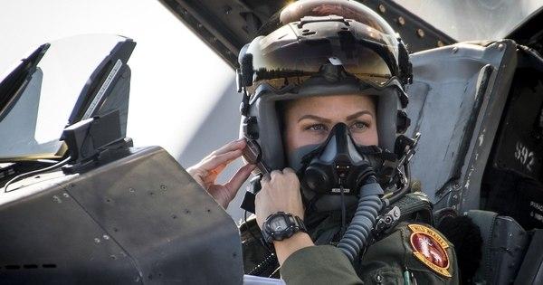 La capitana Zoe Kotnik en su F-16 a punto de comenzar una misión. Foto: Samuel King Jr./Air Force)