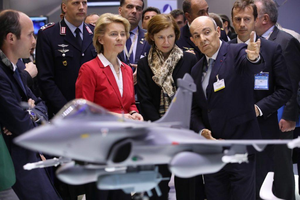 La ministra de Defensa de Alemania, Ursula von der Leyen (izq.), y la ministra de Defensa de Francia, Florence Parly (der.), escuchan las palabras del director ejecutivo de Dassault Aviation, Eric Trappier, en el stand de Dassault Aviation en el Salón Aeronáutico de Berlín de la ILA, el 26 de abril de 2018, en Schoenefeld, Alemania. (Foto de Sean Gallup/Getty Images)