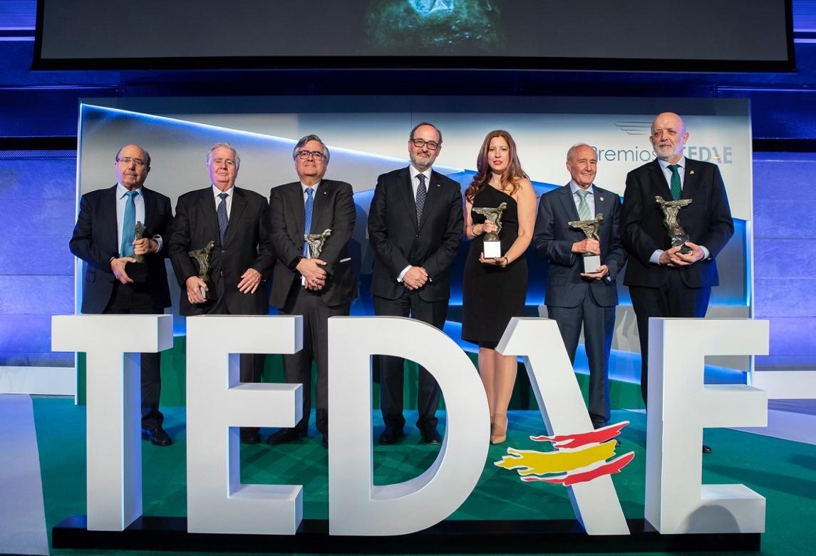 Los galardonados en la I edición de los Premios TEDAE junto al presidente de TEDAE, Jaime de Rábago.