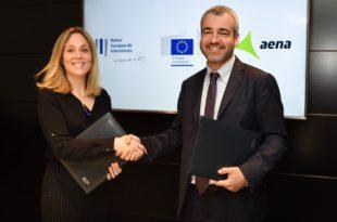 La vicepresidenta del banco de la UE, Emma Navarro, y el presidente de Aena, Maurici Lucena.