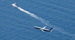 Un buque de la Guardia Costera japonesa y un avión militar estadounidense buscan un avión de combate japonés en las aguas de Aomori, en el norte de Japón, el 10 de abril de 2019. (Noticias de Kyodo vía AP)