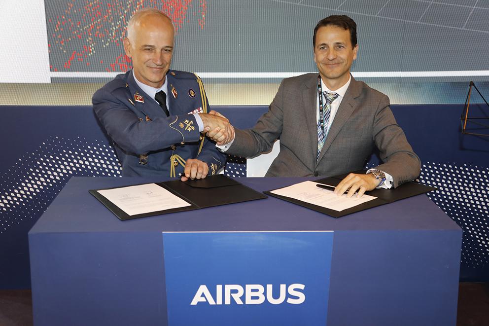 Firma del acuerdo de Airbus con el Ejército del Aire español. Foto: Airbus