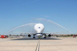 Cortina de agua dando la bienvenida al BelugaXL en la planta de Airbus de Getafe