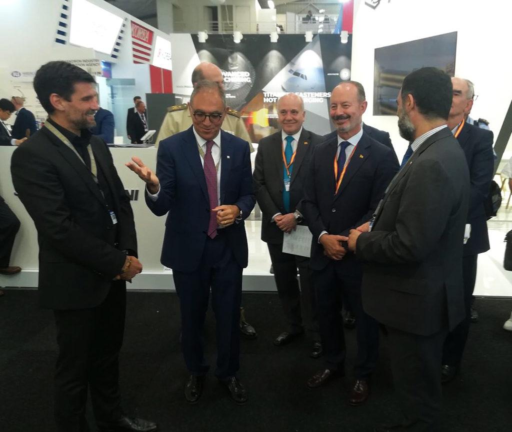 Visita al stand de CT del Director General de Armamento y Material, junto con la delegación de defensa española.