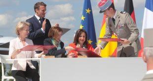 La ministra de Defensa en funciones, Margarita Robles, ha firmado hoy junto a sus homólogas de Francia y Alemania, Florence Parly y Ursula von der Leyen, en el Paris Air Show 2019, la adhesión de España al Futuro Sistema Aéreo de Combate Europeo.