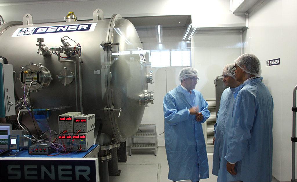 El consejero de Educación e Investigación de la Comunidad de Madrid, Rafael van Grieken en la sala blanca del instrumento de vacío en el que se prueba el sistema de escaneado del instrumento principal de Meteosat Tercera Generación (MTG)