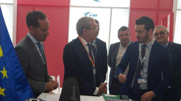 Durante la firma del Memorandum Antonio Ramírez, CEO de UMI Aeronáutica; el consejero de Economía, Innovación y Conocimiento de Andalucía, Rogelio Velasco; y (al fondo a la derecha), Joaquín González-Stetzelberg, consejero delegado de la firma sevillana Aero SM Associate.