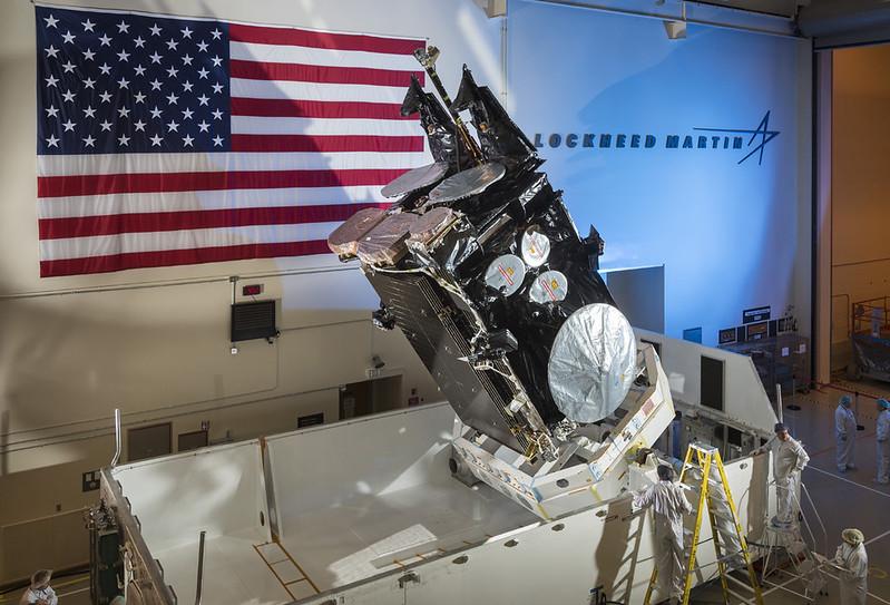 El satélite en proceso de envío para el lanzamiento en las instalaciones de Lockheed Martin