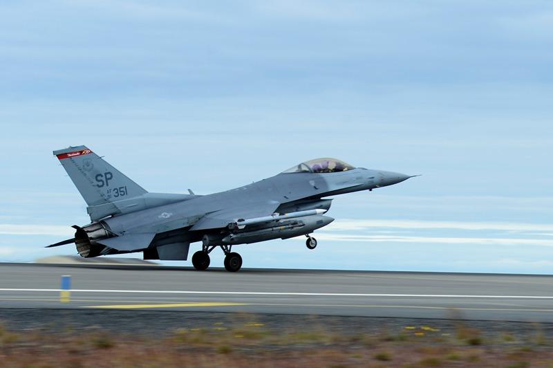 Un F-16C aterriza en la Base Aérea de Keflavik. ( Foto: USAF / J.Johnson )