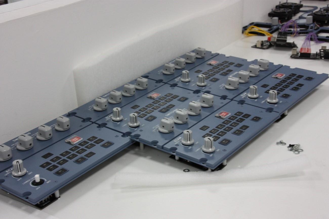 Tienen capacidad de diseño y producción interna prácticamente al 100% mediante impresión 3D. Paneles de interruptores en proceso de producción.
