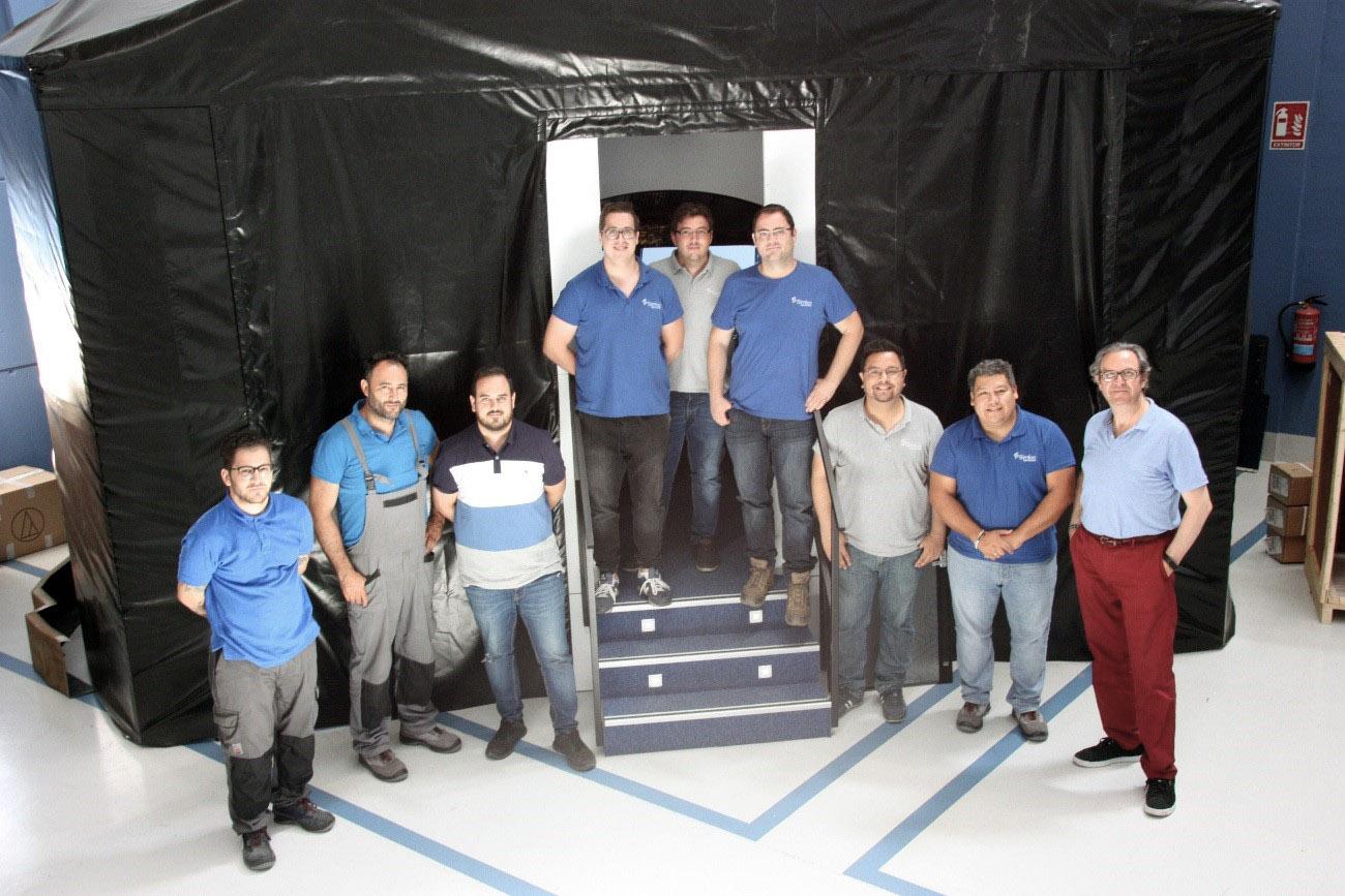 Personal técnico de Simloc en uno de los FFD A320 en pruebas finales.