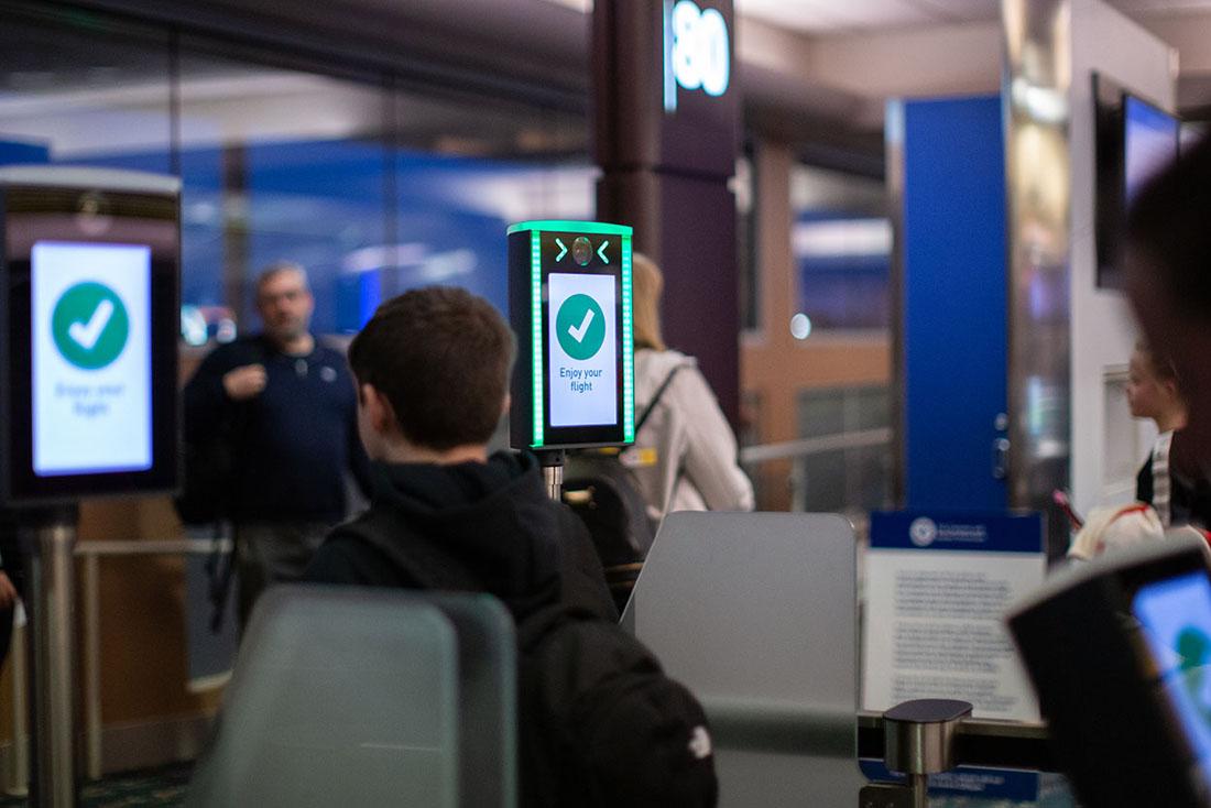 La biometría busca sobre todo reducir los tiempos de espera y optimizar el tránsito de los viajeros. Puertas de SITA en el aeropuerto de Orlando. Foto: SITA