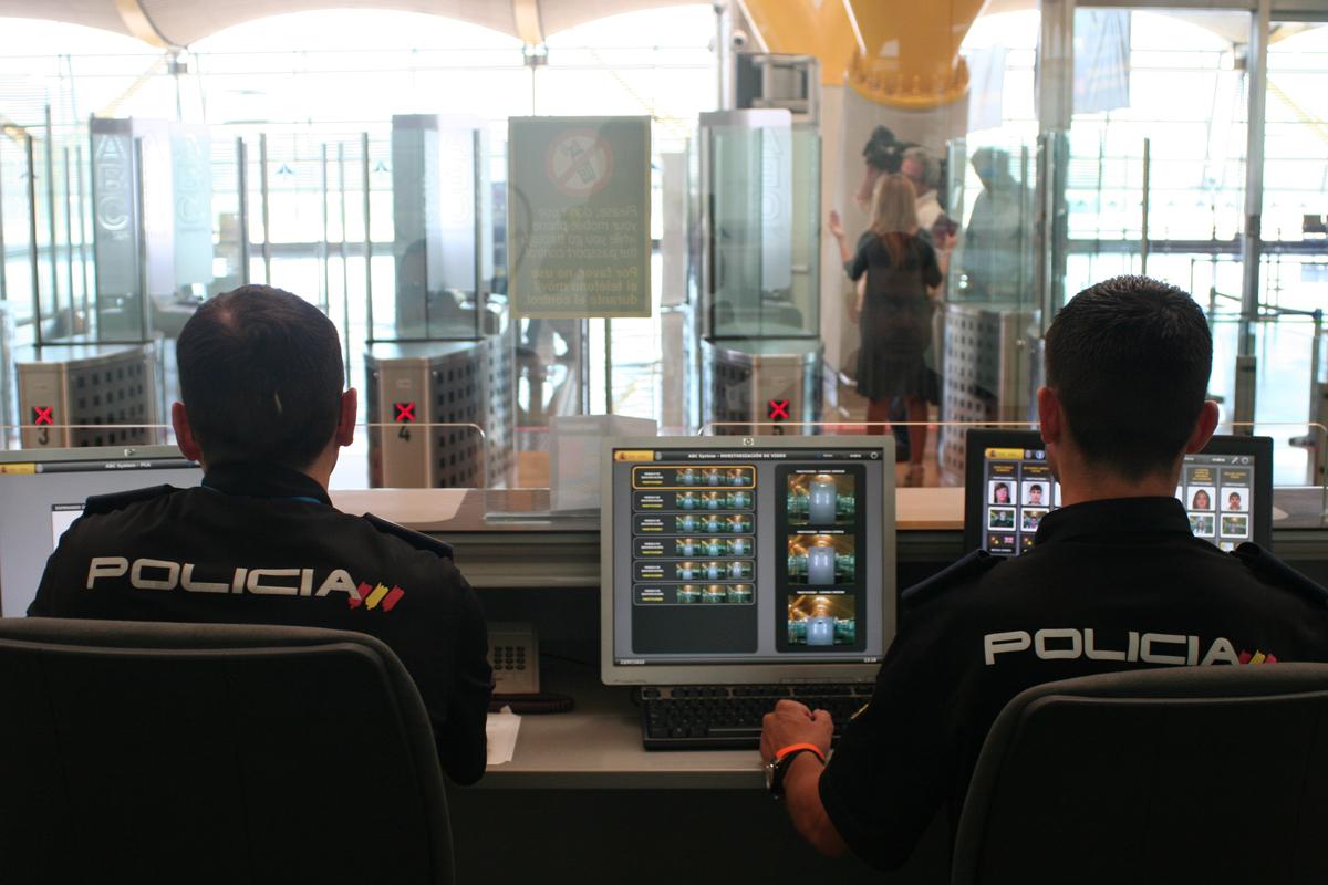 Empleo de biometría en el control de pasaportes y de entrada y salida a terceros países (no CE). Foto: CNP