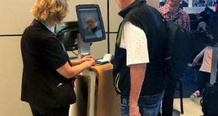 Un pasajero aborda el embarque en DFW utilizando la nueva tecnología biométrica.