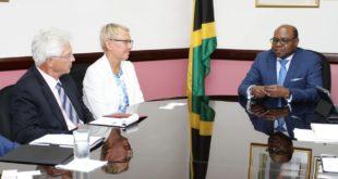 El Ministro de Turismo, Hon Edmund Bartlett (a la derecha) en conversaciones con la directora de la delegación de la Unión Europea en Jamaica, la embajadora Malgorzata Wasilewska, y Su Excelencia el Dr. Bernd von Muenchow-Pohl, embajador de Alemania.