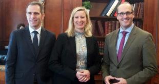 Julia Hillderbran, directora general en España y Portugal, junto con su predecesor, Carsten Hoffmann, a su izquierda, y Stefan Kreuzpaintner, que ocupó el mismo cargo entre 2012 y 2015 y actualmente es vicepresidente de Ventas de Lufthansa Group para Europa, Oriente Medio y África.