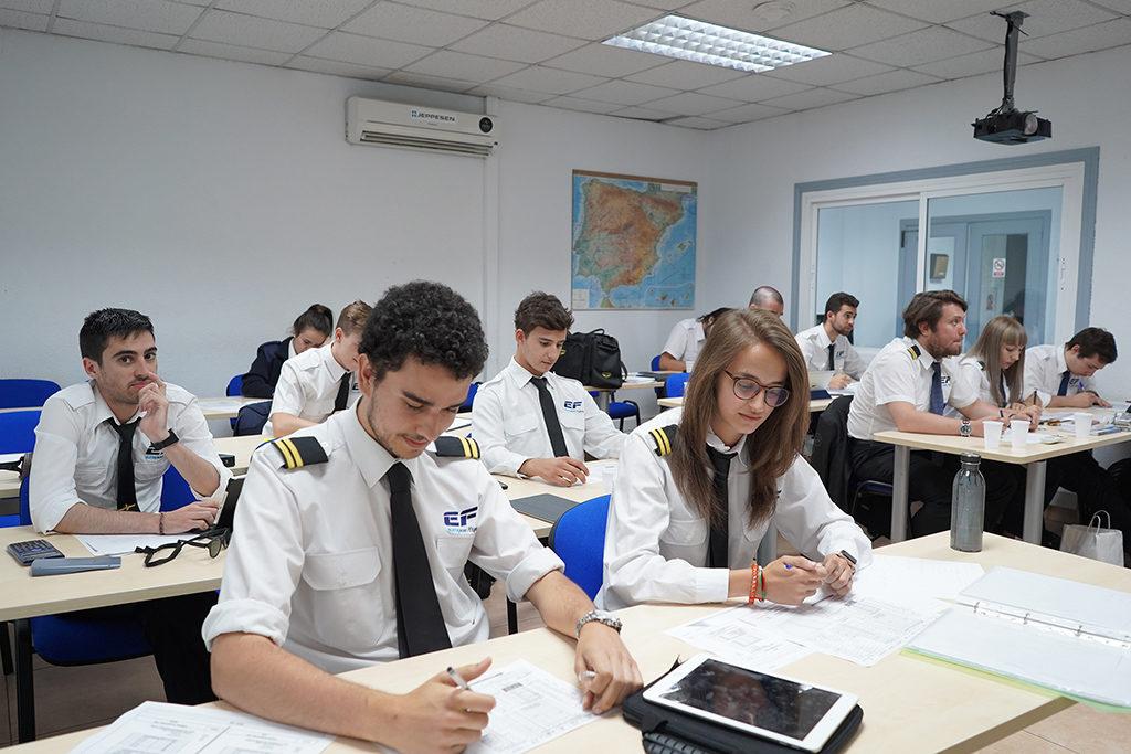 Alumnos en clase teórica. Foto: EF