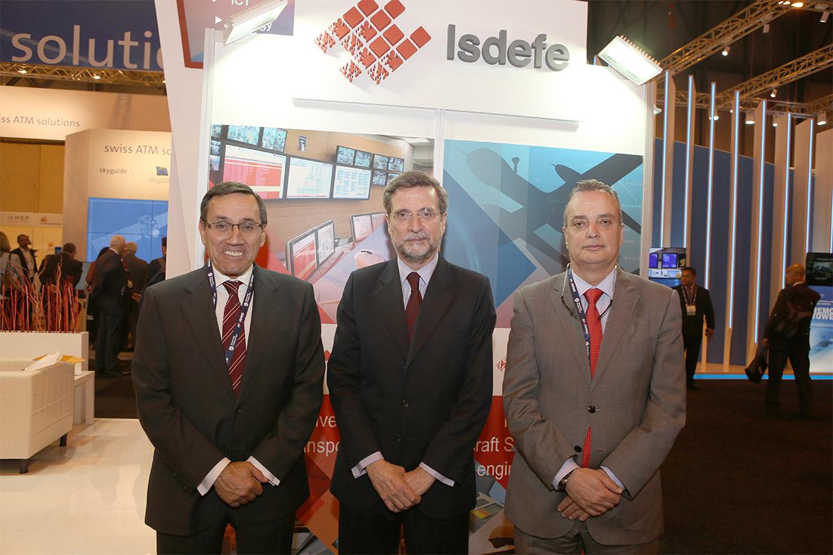 Francisco Quereda (centro) y Jesús Alondo (izquierda), consejero delegado y director de Desarrollo de Negocio de ISDEFE, respectivamente