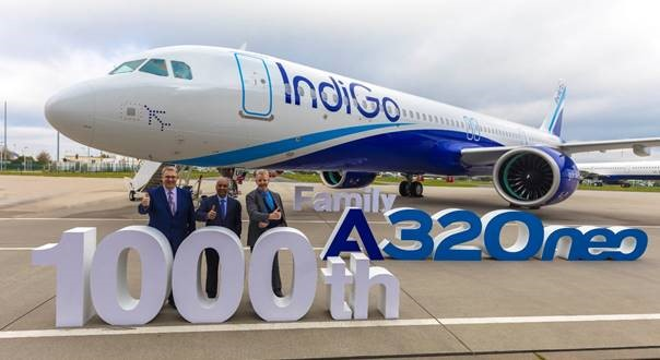 A321neo Pie de foto: Michael Menking, Jefe del Programa Familiar A320, Airbus / Rono Dutta, Director General, IndiGo / Michael Culhane, Vicepresidente Senior de Nuevos Aviones, CDB Aviation Lease Finance