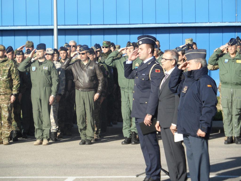 Día Nacional de Albania en el CAOC-TJ. De izquierda a derecha, el capitán albanes, el embajador Gazmend Barbullushi y el teniente general del Aire Rubén Carlos García Servent (JPons)