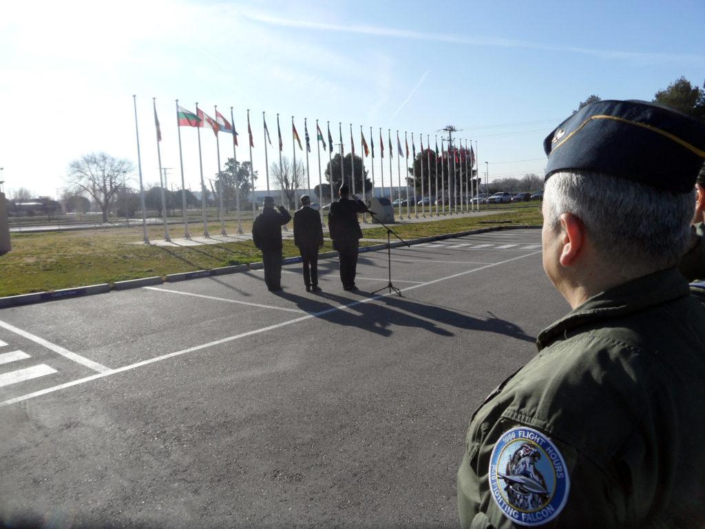 La vigilancia del espacio aéreo de Albania corre a cargo del CAOC-TJ. Momento del izado de bandera de Albania en presencia de todo el personal del CAOC-TJ (JPons)