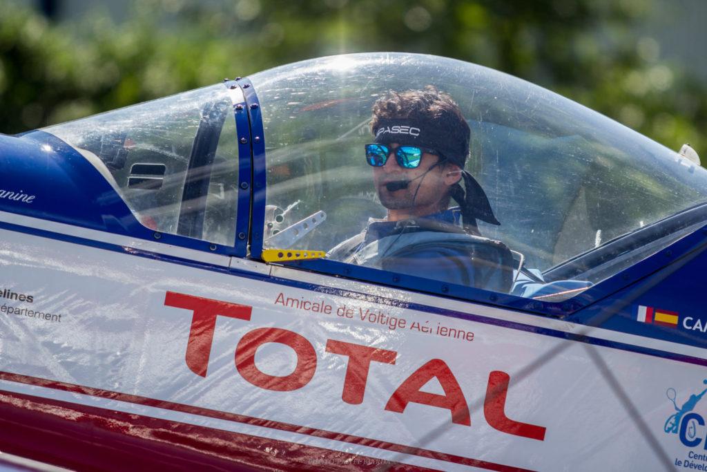 Camilo Benito en su avión durante el Campeonato